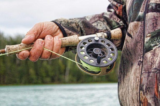 рыбалка, рыбак ловит рыбу