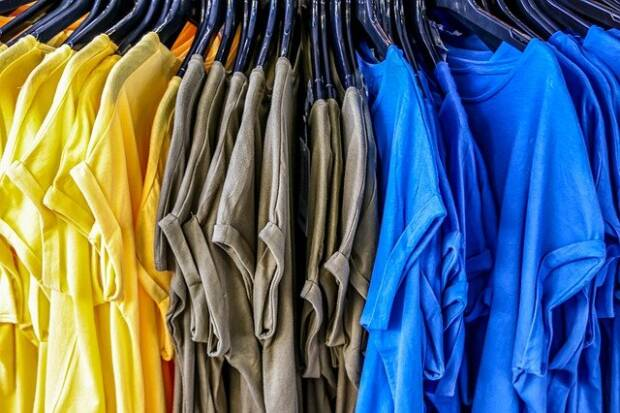 футболки в магазине